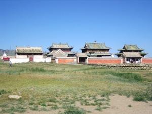 エルデニズー寺院は草原の中に忽然とその姿を現しています。