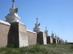 エルデニズー寺院は周囲を108の仏塔で囲まれています。